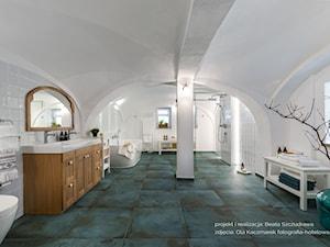 Dom przysłupowy - Duża biała łazienka na poddaszu w domu jednorodzinnym jako salon kąpielowy jako domowe spa z oknem, styl rustykalny - zdjęcie od Beata Szczudrawa projektowanie wnętrz