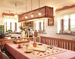 Kuchnia w Janówce - Średnia otwarta beżowa kuchnia dwurzędowa z oknem, styl rustykalny - zdjęcie od Beata Szczudrawa projektowanie wnętrz