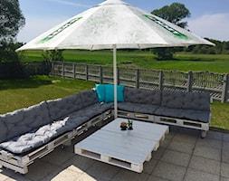 #meblezpalet - Średni ogród za domem z parasolem - zdjęcie od Patrycja Szuba 2