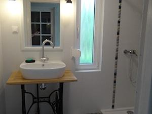 łazienka w letnim (wakacyjnym) domu - z rustykalną nutą (wiosna 2017) - Mała łazienka w bloku w domu jednorodzinnym z oknem, styl rustykalny - zdjęcie od AQ Design