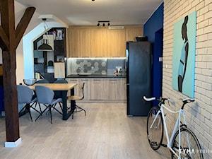 Cobalt - Mała otwarta szara niebieska kuchnia w kształcie litery l w aneksie, styl industrialny - zdjęcie od TYMA PROJEKT