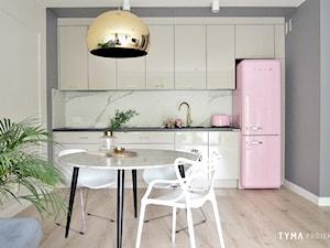 Dolce Vita - Mała biała szara kuchnia jednorzędowa w aneksie, styl skandynawski - zdjęcie od TYMA PROJEKT