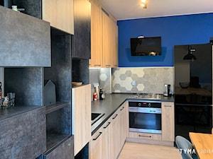 Cobalt - Średnia zamknięta szara niebieska kuchnia w kształcie litery l, styl industrialny - zdjęcie od TYMA PROJEKT