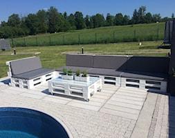 #meblezpalet - Duży ogród za domem w stylu skandynawskim z basenem - zdjęcie od magda.tm@onet.pl