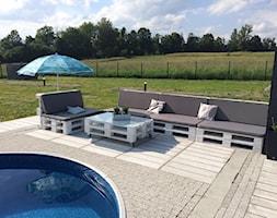 #meblezpalet - Duży ogród za domem w stylu skandynawskim z parasolem z basenem - zdjęcie od magda.tm@onet.pl