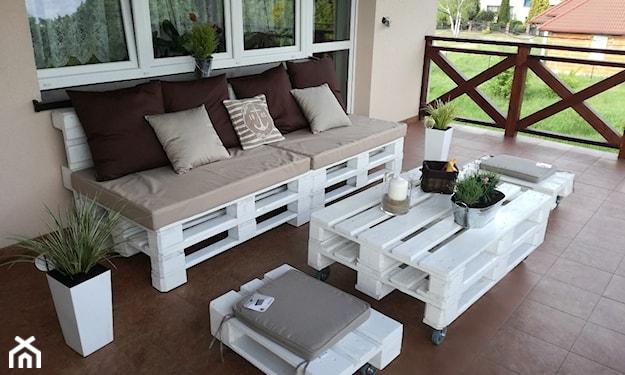 ławka ogrodowa z palet na tarasie