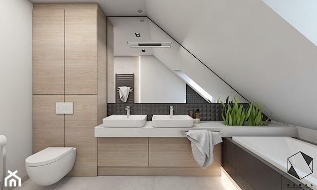 łazienka na poddaszu z zabudową meblową na wymiar i niebanalnym lustrem