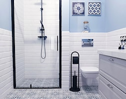 niebieska łazienka - zdjęcie od @przepis_na_klimat - Homebook