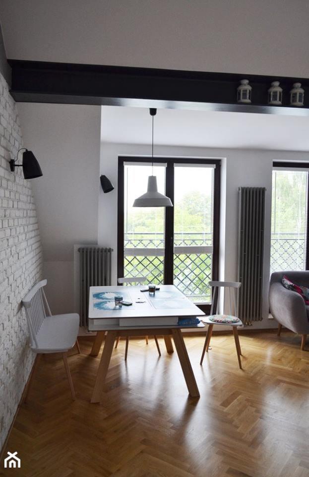 Wnętrze skandynawsko-industrialne - Mała otwarta biała jadalnia w salonie, styl industrialny - zdjęcie od Amicus Design