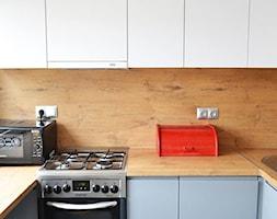 Mała kuchnia w bloku - Średnia biała beżowa kuchnia w kształcie litery u z oknem, styl skandynawski - zdjęcie od Amicus Design