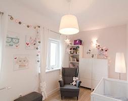 Mieszkanie - Średni różowy pokój dziecka dla chłopca dla dziewczynki dla niemowlaka, styl skandynawski - zdjęcie od Kamila Robakiewicz - architekt