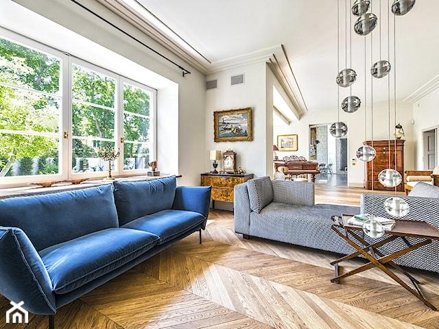 sofa z niebieskiego aksamitu
