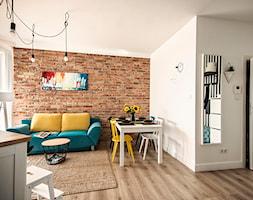 50 + 30 metrów kwadratowych - Mały biały pomarańczowy czerwony salon z kuchnią z jadalnią, styl skandynawski - zdjęcie od Tak Po Prostu Wnętrza
