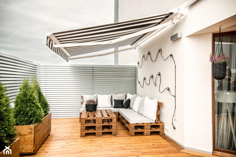 jak zrobić meble z palet - kanapa na balkon