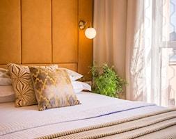 Mieszkanie na wynajem krótkoterminowy - Kraków ul. Jana - Mała biała pomarańczowa sypialnia małżeńska, styl art deco - zdjęcie od Make It Yours
