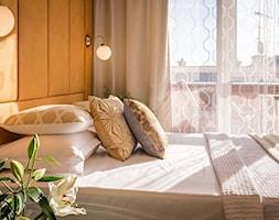 Mieszkanie na wynajem krótkoterminowy - Kraków ul. Jana - Mała pomarańczowa sypialnia małżeńska z balkonem / tarasem, styl art deco - zdjęcie od Make It Yours