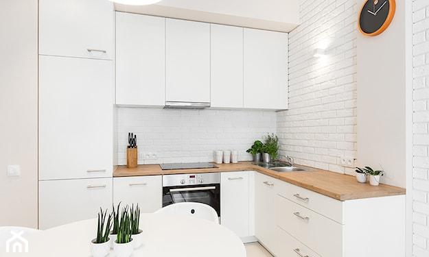 biała kuchnia z kafelkami na ścianach