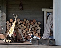 Dom - Mały taras z przodu domu z tyłu domu, styl eklektyczny - zdjęcie od Julia Rozumek
