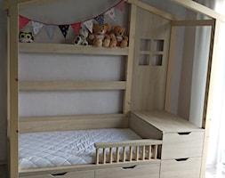 łóżko domek dla dziecka - Mały szary pokój dziecka dla chłopca dla dziewczynki dla malucha, styl skandynawski - zdjęcie od RS Meble