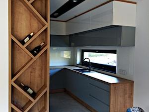 Kuchnia Kochanów - Średnia otwarta biała kuchnia w kształcie litery u w aneksie z oknem, styl nowoczesny - zdjęcie od RS Meble