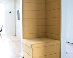 mieszkanie 62 metry po metamorfozie - Średni biały żółty hol / przedpokój, styl minimalistyczny - zdjęcie od komisarz12