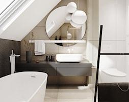 P_01_2018_POZNAŃ - Średnia biała łazienka na poddaszu w domu jednorodzinnym z oknem, styl minimalistyczny - zdjęcie od KREOWNIA studio projektowe