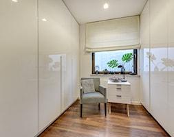 kla01 - Mała zamknięta garderoba oddzielne pomieszczenie, styl nowoczesny - zdjęcie od kla