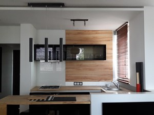 aneks kuchenny z barkiem oraz wolnostojącą lodówką - zdjęcie od Vibo Studio | architektura & projektowanie wnętrz