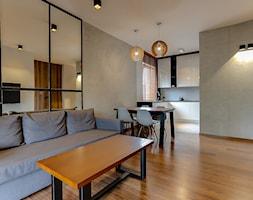 Bia%C5%82a+ma%C5%82a+kuchnia+w+czarnej+rami+z+granitowym+blatem+-+zdj%C4%99cie+od+Vibo+Studio+%7C+architektura+%26+projektowanie+wn%C4%99trz