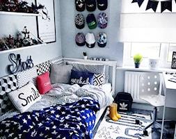 Dom. - Mały biały szary pokój dziecka dla chłopca dla ucznia dla malucha - zdjęcie od janki.home