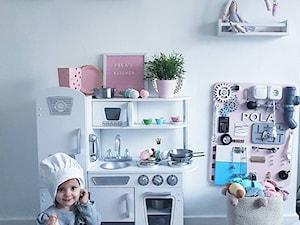 Dom. - Mały biały pokój dziecka dla dziewczynki dla niemowlaka dla malucha - zdjęcie od janki.home