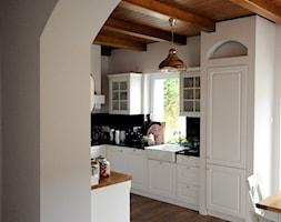 DOM W ŚREDNICY - Duża zamknięta biała czarna kuchnia w kształcie litery u z oknem, styl rustykalny - zdjęcie od Grzegorz Popiołek Projektowanie Wnetrz