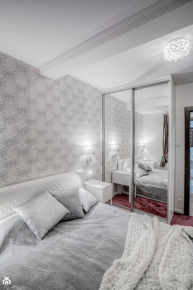 Mieszkanie na poddaszu - Średnia biała szara sypialnia małżeńska na poddaszu, styl skandynawski - zdjęcie od Jachtoma design