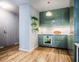 Mieszkanie dla młodych zapracowanych - Średnia otwarta biała kuchnia w kształcie litery l w aneksie ... - zdjęcie od Jachtoma design - Homebook