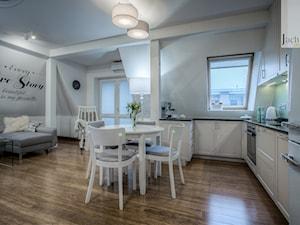 Mieszkanie na poddaszu - Duży szary biały salon z kuchnią z jadalnią, styl skandynawski - zdjęcie od Jachtoma design