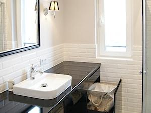 Mieszkanie na wynajem - Mokotów - Średnia beżowa łazienka z oknem, styl klasyczny - zdjęcie od MagnesDesign