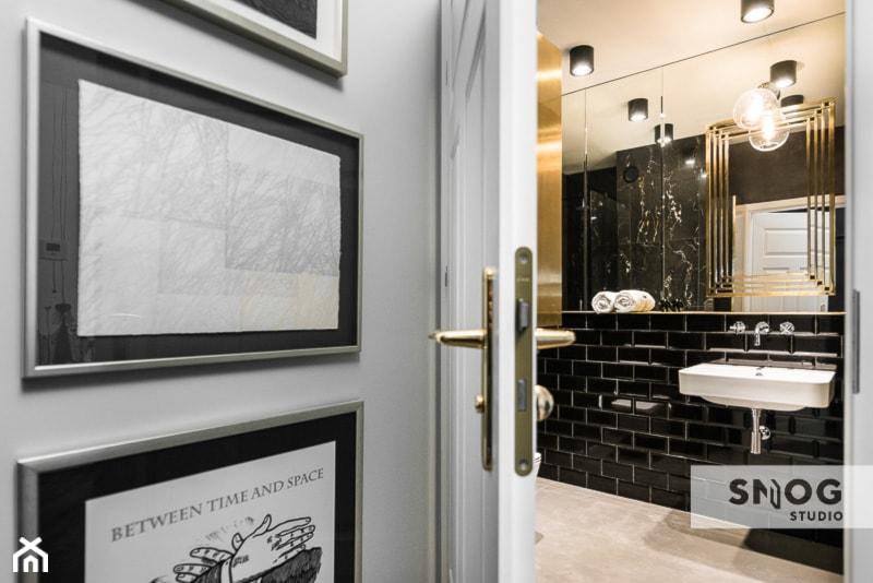 HH Kraków Apartment - realizacja - Średnia czarna łazienka na poddaszu w bloku w domu jednorodzinnym bez okna, styl eklektyczny - zdjęcie od STELLARstudio