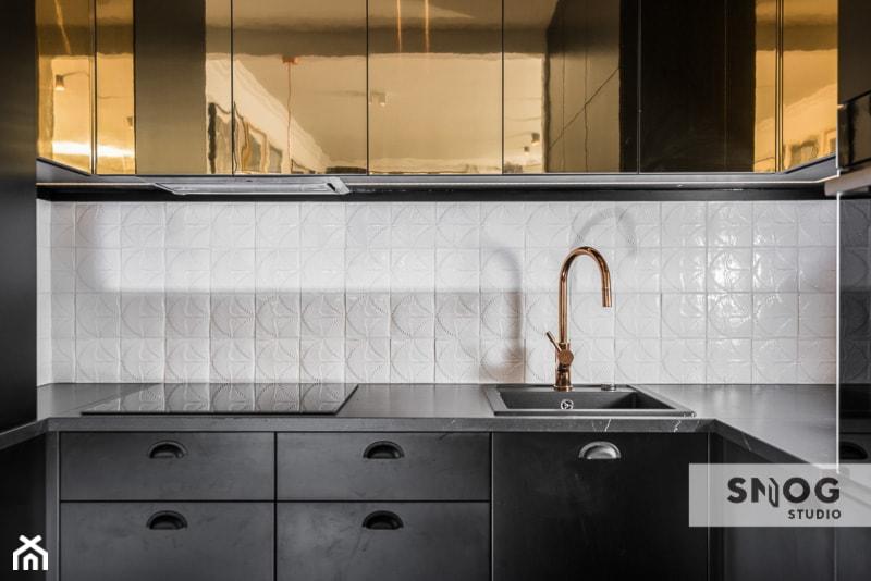 HH Kraków Apartment - realizacja - Mała zamknięta wąska biała kuchnia w kształcie litery u, styl eklektyczny - zdjęcie od STELLARstudio