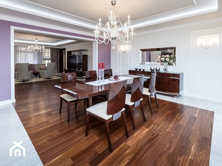 Salon i hall wejściowy. - Duża otwarta biała fioletowa jadalnia jako osobne pomieszczenie - zdjęcie od ARTDOM Pracownia Projektowa Renata Modrzyńska-Kasiak