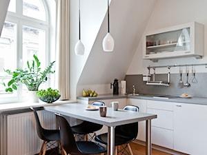 Apartament na wynajem, Poznań 2 - Mała otwarta biała jadalnia w kuchni, styl nowoczesny - zdjęcie od BRZUSKArchitekt - Alicja Brzuska