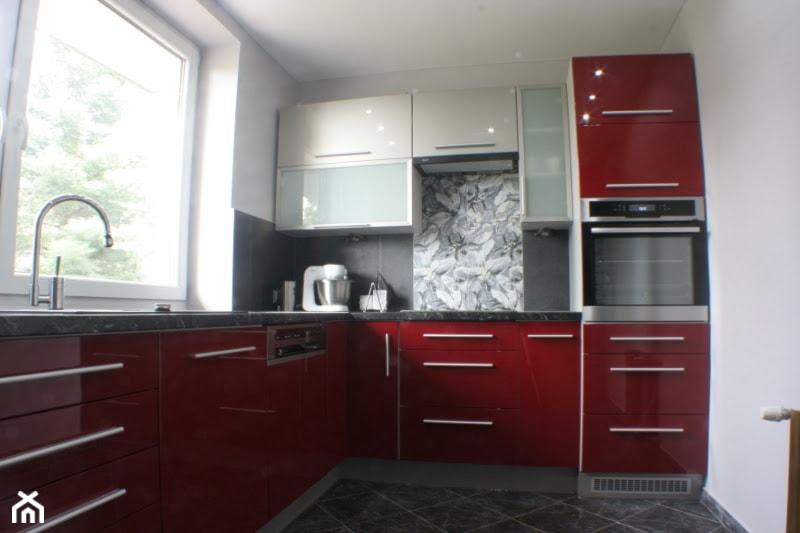 Kuchnia na wymiar - Średnia zamknięta biała kuchnia w kształcie litery l z oknem, styl nowoczesny - zdjęcie od GK Manufaktura Mebli