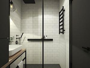 INDUSTRIALNA kawalerka - Mała biała czarna łazienka na poddaszu w bloku w domu jednorodzinnym bez okna, styl industrialny - zdjęcie od 2xKO Studio