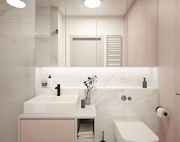 KLASYCZNA elegancja - Mała biała beżowa łazienka na poddaszu w bloku w domu jednorodzinnym bez okna, styl klasyczny - zdjęcie od 2xKO Studio