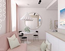 Biały stół i duże okrągłe lustro. - zdjęcie od Keokeo