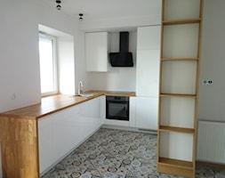 Kuchnia w białym macie, z drewnianym blatem. - zdjęcie od ATI Meble - Homebook