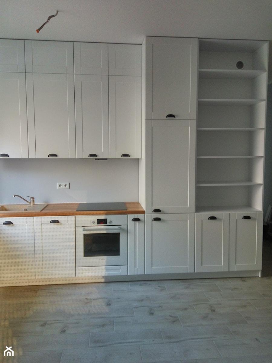 Biała Matowa Kuchnia Z Drewnianym Laminowanym Blatem