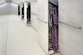 garderoba na poddaszu, duża garderoba, wysuwane szafy, lustro ścienne