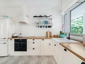Kuchnia - Średnia zamknięta biała kuchnia w kształcie litery l z oknem - zdjęcie od Pieczyska