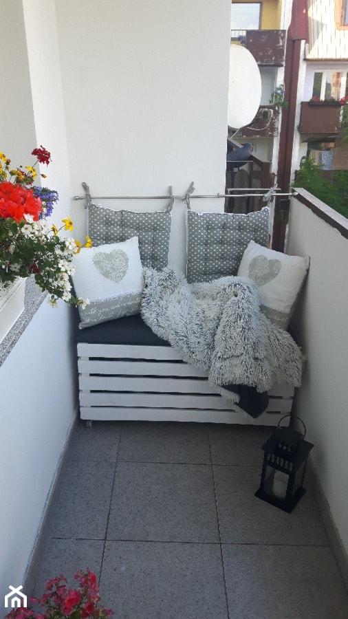 #kwiatowekompozycje - Mały taras z przodu domu z tyłu domu - zdjęcie od Wioleta Łazarczyk