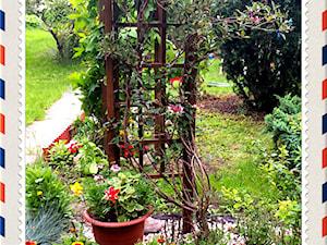 #kwiatowekompozycje - Średni ogród za domem z pergolą - zdjęcie od Eva&B